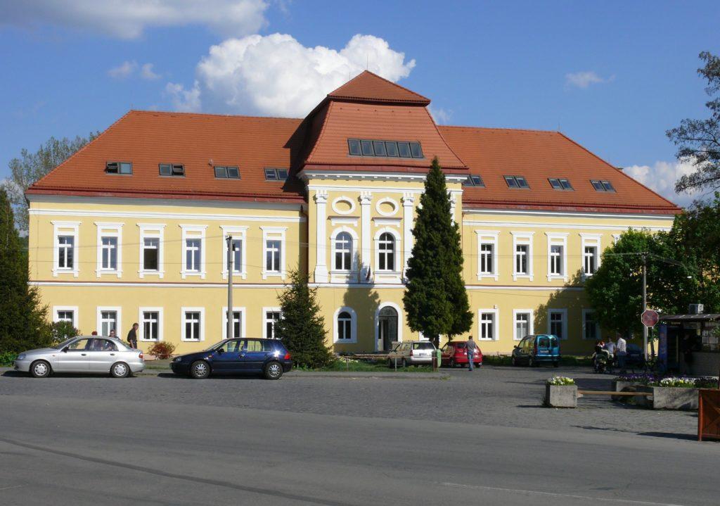 Bývalý kaštieľ Berchtoldovcov - súčasné Gymnázium. Foto - Mesto Fiľakovo