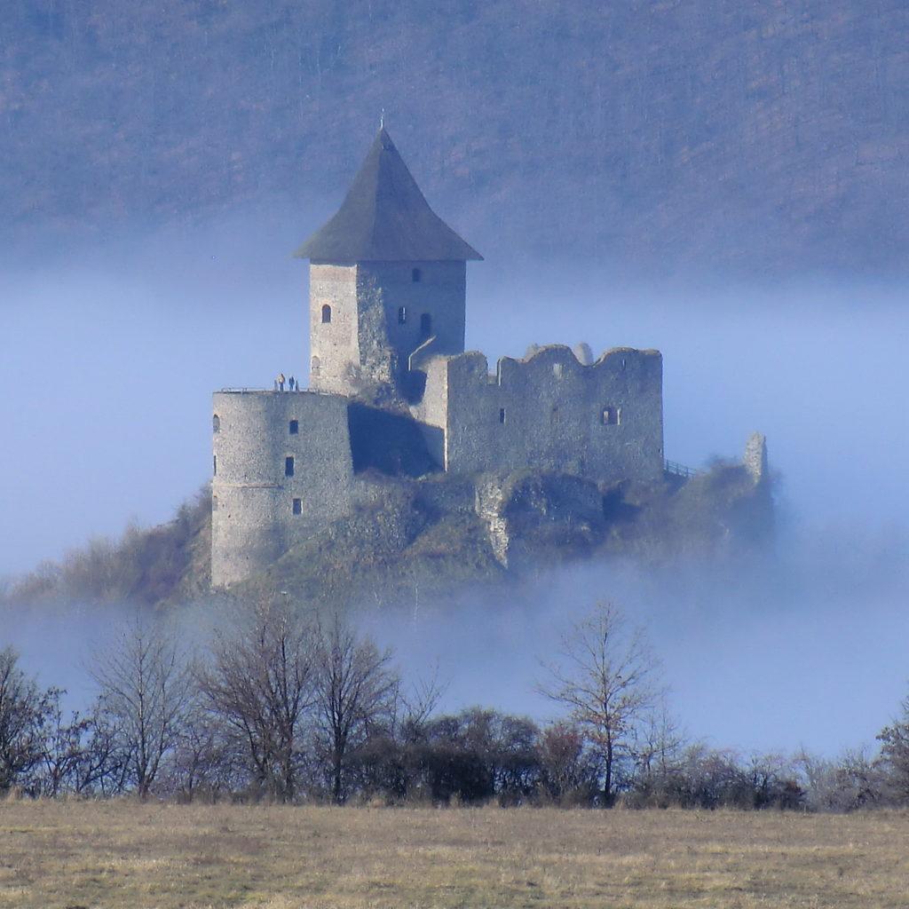 Častým cieľom turistov v regióne je aj hrad Šomoška. Foto - Roland Kovács